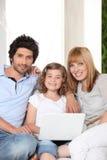 Família com um portátil foto de stock royalty free