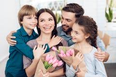 A família comemora junto o feriado o 8 de março Fotos de Stock Royalty Free