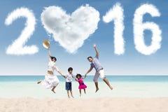 A família comemora o ano novo na costa Fotografia de Stock Royalty Free