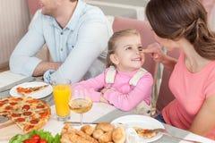 A família consideravelmente amigável está jantando junto fotos de stock