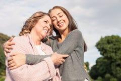 A família consideravelmente amigável está passando o tempo junto imagem de stock royalty free