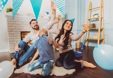 Família consideravelmente jovial que joga durante o partido imagens de stock royalty free