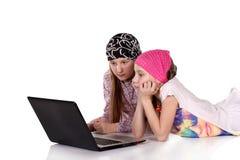 Família, crianças, tecnologia e conceito home imagem de stock