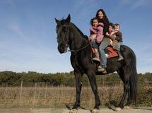 Família da equitação imagens de stock