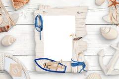 A família da foto do curso do verão isolou o quadro para o modelo cercado com escudos na tabela de madeira branca fotografia de stock