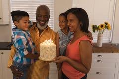 família da Multi-geração que comemora o aniversário em casa fotos de stock
