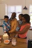 família da Multi-geração que comemora o aniversário em casa fotografia de stock royalty free