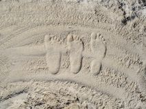 Família da pegada na areia na praia fotos de stock royalty free