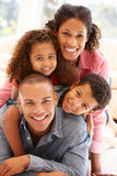 Família da raça misturada em casa imagens de stock