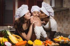 Família da raça misturada que cozinha o jantar Imagens de Stock