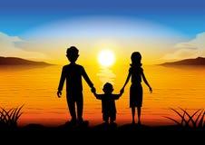 Família da silhueta que está no por do sol Imagem de Stock Royalty Free
