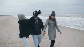 Família das caminhadas do século XXI ao longo da praia O pai em vidros de VR video estoque