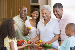 Família de 3 gerações que prepara uma refeição Imagens de Stock Royalty Free
