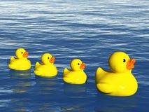 Família de borracha do pato no oceano Fotografia de Stock Royalty Free