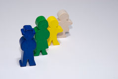 Família de brinquedos de madeira no fundo isolado branco Imagem de Stock