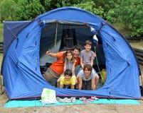 Família de cinco feliz no acampamento da barraca Imagem de Stock