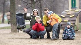 Família de cinco que acenam com as mãos. filme