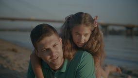 Família de conversa feliz que descansa na praia do verão vídeos de arquivo