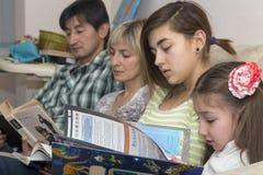 Família de leitura imagens de stock royalty free