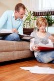 Família de papel da finança dos pares Fotografia de Stock