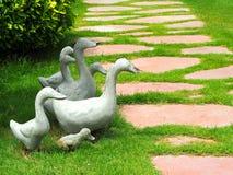 Família de patos do cimento no jardim Fotografia de Stock Royalty Free