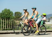Família de quatro pessoas com bicicletas fotografia de stock