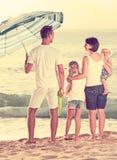 Família de quatro pessoas contente que está com dianteiro traseiro Imagem de Stock