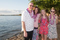 Família de quatro pessoas em umas férias tropicais foto de stock
