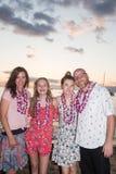 Família de quatro pessoas em umas férias tropicais fotografia de stock
