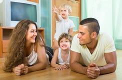 Família de quatro pessoas feliz em casa Foto de Stock Royalty Free