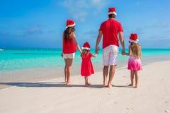 Família de quatro pessoas feliz em Santa Hat no verão Foto de Stock