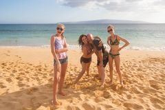 Família de quatro pessoas feliz em umas férias tropicais da praia imagem de stock royalty free
