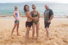 Família de quatro pessoas feliz em umas férias tropicais da praia foto de stock