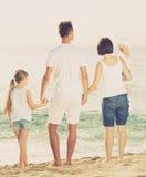 Família de quatro pessoas feliz que está com dianteiro traseiro Imagem de Stock