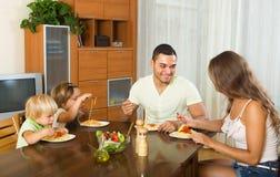 Família de quatro pessoas que come os espaguetes Fotografia de Stock