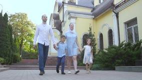 Família de quatro pessoas que dá uma volta no ar fresco video estoque