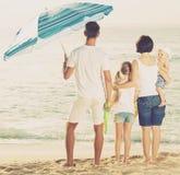 Família de quatro pessoas que está com dianteiro traseiro Fotos de Stock