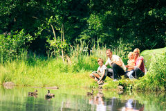 Família de quatro pessoas que tem o divertimento fora no verão fotografia de stock