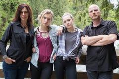 Família de quatro pessoas séria foto de stock