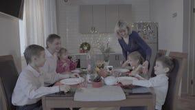 A família de seis entusiasmado surpreendente aprecia o jantar de Natal festivo no armosphere acolhedor bonito da celebração da co vídeos de arquivo
