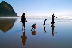 Família de silhuetas dos vagabundos de praia imagens de stock