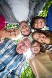 Família de sorriso com suas cabeças em um círculo fotografia de stock
