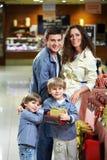 Família de sorriso na loja Fotos de Stock