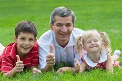 Família de sorriso no parque Foto de Stock