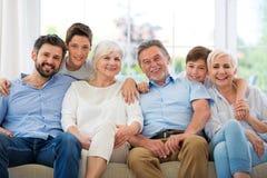 Família de sorriso no sofá imagens de stock royalty free