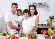 Família de sorriso que cozinha junto Fotos de Stock Royalty Free