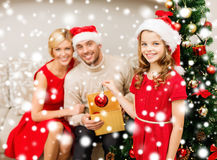 Família de sorriso que decora a árvore de Natal Imagem de Stock Royalty Free