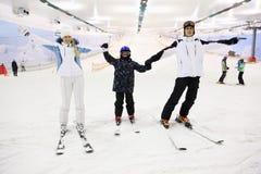 Família de sorriso que está em esquis Foto de Stock Royalty Free