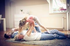 Família de sorriso que joga em casa Fotos de Stock
