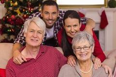 Família de sorriso que levanta no Natal Imagem de Stock Royalty Free